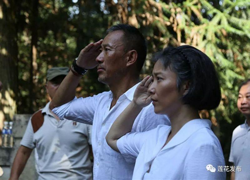 ▲2017年9月,《初心》在莲花县正式杀青。在即将离开莲花之前,剧组主创人员再次来到将军墓缅怀甘祖昌。