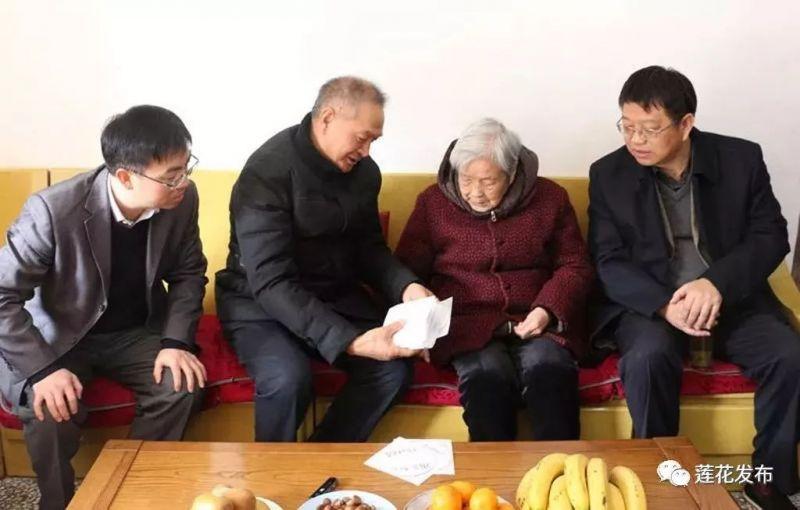 ▲2017年12月:编剧雷献和代表剧组再次来到莲花县,将带来的电视剧《初心》样片播放给老阿姨及家属观看,认真征询意见和建议。