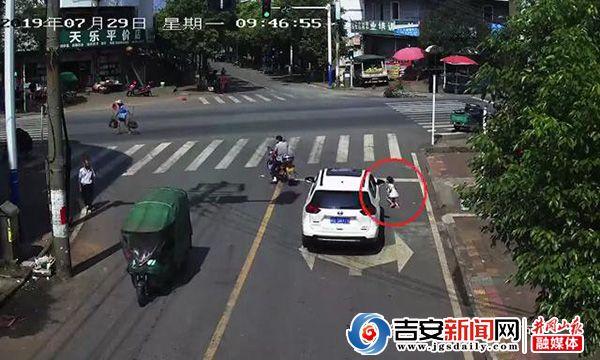 吉安市红绿灯_女童被撞汽车底 司机疏忽未察觉_江西网络广播电视台