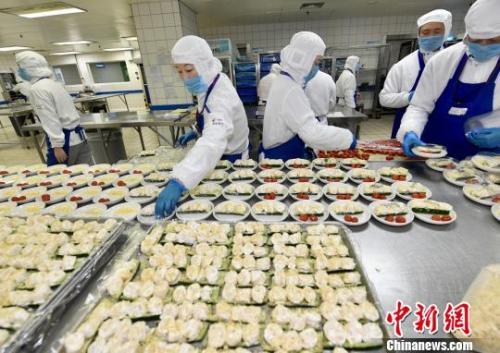 2017年上海机场口岸日航班起降近800架次,日均配制航空餐食超过10万份。 芊烨 摄