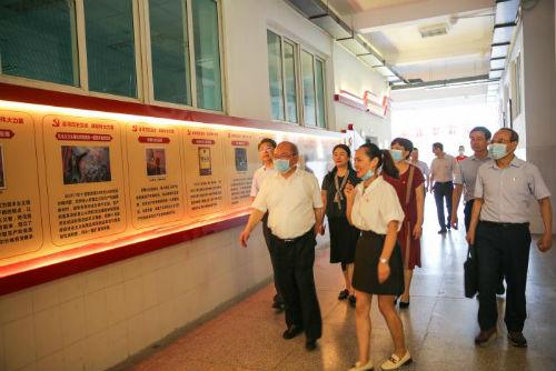 郭建晖一行参观马克思主义学院红色文化长廊