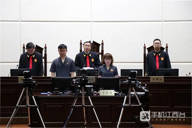 图为九江中院宣读判决书