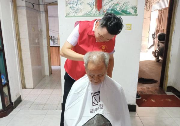 志愿者上门义剪(吉州区总工会供图)
