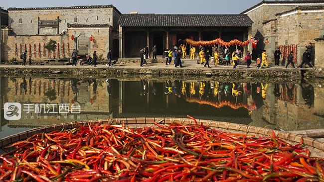 火红的竹桥古村