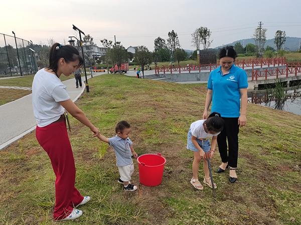 小女孩加入志愿者队伍
