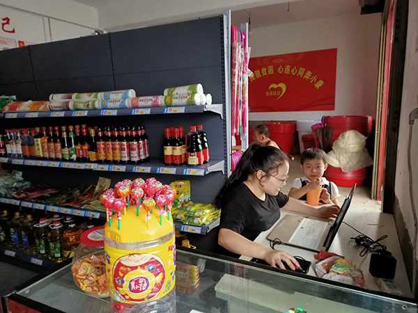 建档立卡贫困户肖招文的女儿肖素芳,一边经营同行驿站扶贫超市,一边兼职淘宝客服