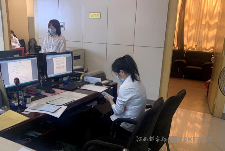 ▲柜台内工作人员在玩手机。