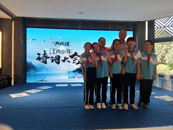 钟辉带领学生参加全市的诗词大赛