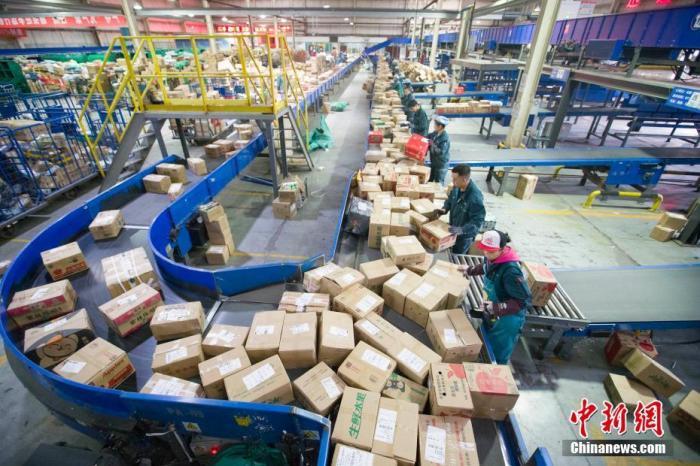 资料图:邮政物流工作人员正在分拣快递。 <a target='_blank' href='http://www.chinanews.com/'>中新社</a>记者 张云 摄