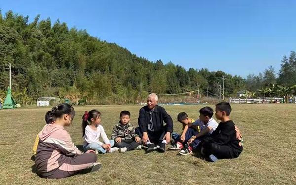 退休教师与贫困儿童谈心