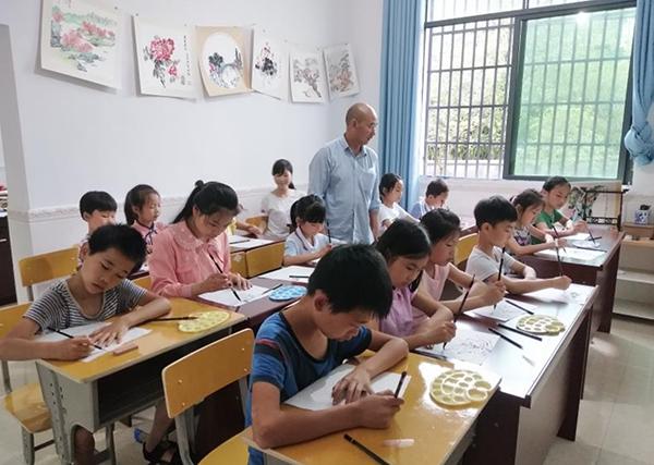 退休村干部给贫困儿童授课