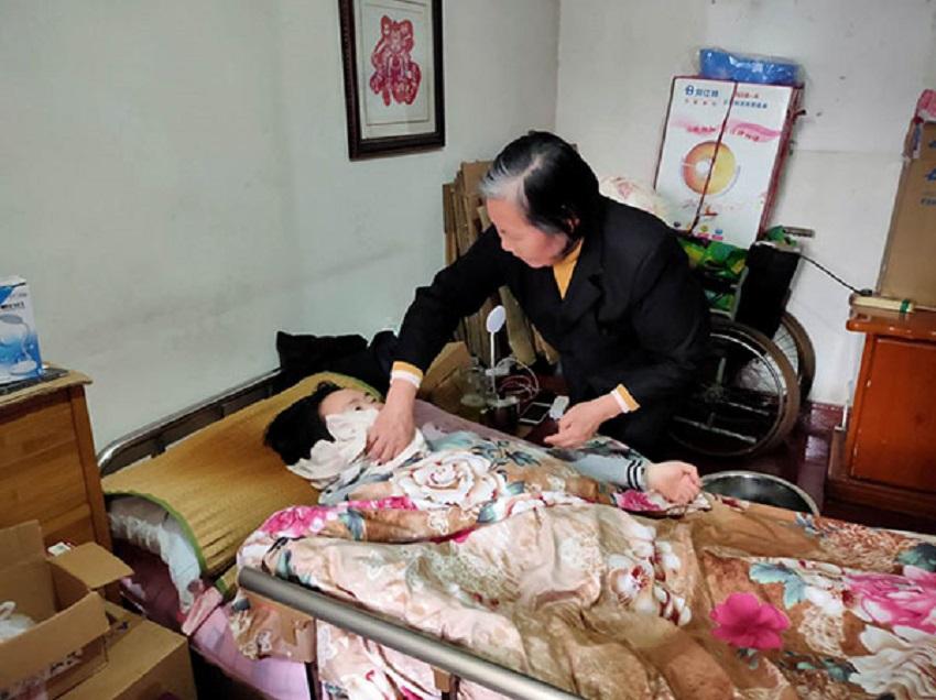 """黄启兰:""""好妈妈""""悉心照顾瘫痪儿媳21载"""