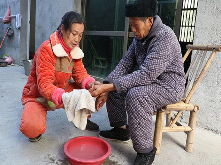 """彭林香:照顾智残叔叔30载 诠释何为""""百善孝为先"""""""