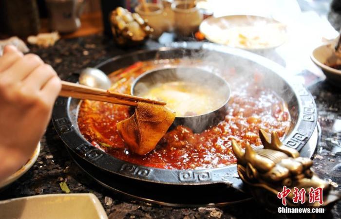 资料图:火锅店内食客正在烫毛肚片。<a target='_blank' href='http://www.chinanews.com/'>中新社</a>记者 刘忠俊 摄
