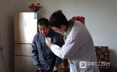 【暖新闻•江西2019】放弃医院工作当村医 照顾智障兄长十余载