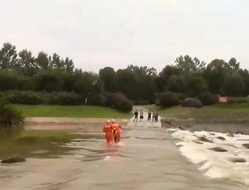 修水:河水上涨 5人被困河心公园获救