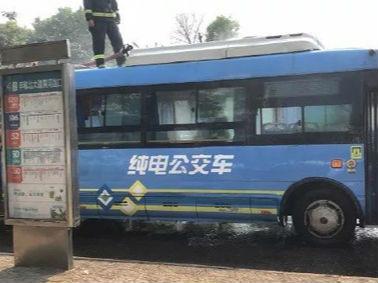 南昌红谷滩一纯电公交车突然起火 乘客紧急疏散