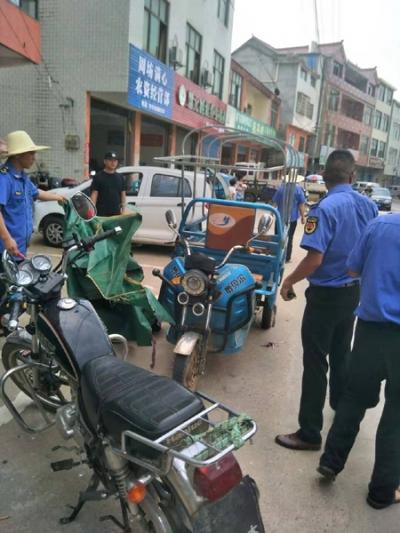 贵溪市周坊镇:开展集中整治摩托车、电动车非法安装遮阳伞行动