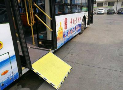 南昌一公交车冒烟起火 司机及时处置无人伤亡