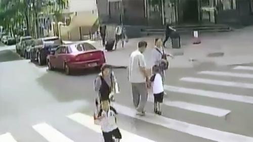 山东青岛:驾驶员停车礼让 母子二人鞠躬致谢