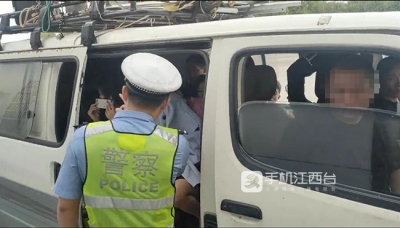 """""""杂耍""""面包车超员200% 准备加油被交警发现"""