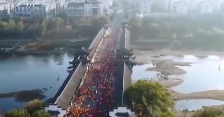 上饶:婺源国家马拉松开跑 中外2.2万名选手参赛