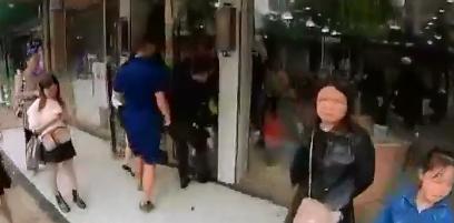 """第一现场·新余:小孩手卡玻璃门 被救后说""""谢谢警察"""""""