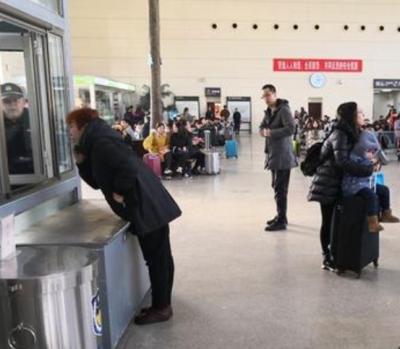"""春运期间""""马大哈""""旅客频现 行李箱都能错拿"""