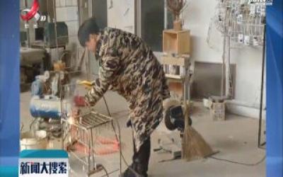 山东济南:为父祝寿 小伙用8000根树枝做雕塑