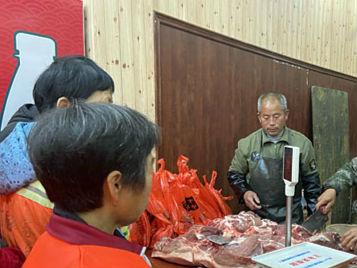 宜黄陈倔强父子给环卫工免费送1500余公斤猪肉