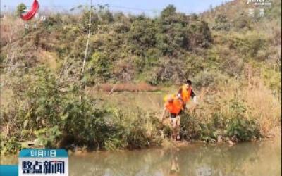 龙南:老人河中漂 民警游泳去救他