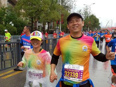 帮助患病妻子增强抵抗力 丈夫陪跑20多场马拉松