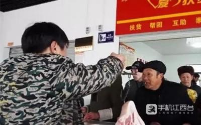 """【新春走基层】贫困户的""""特殊年货"""""""