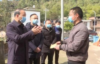 湘东区委书记杨博、代区长何超慰问支援湖北医务人员家属和爱心送菜人员