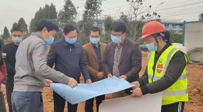 黄卫东现场督导城郊管委会阔博科技项目建设工作