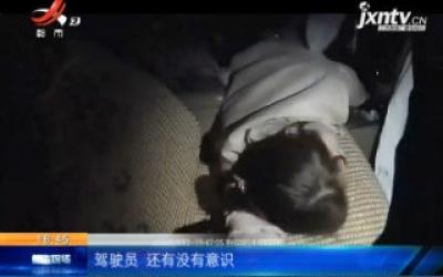 【救在现场】四川成都:女子高速路上昏迷 民警果断救人