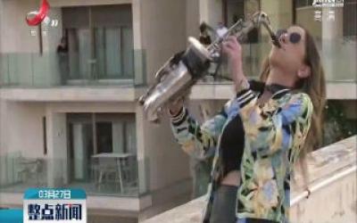 以色列萨克斯管演奏者屋顶上演浪漫演奏会