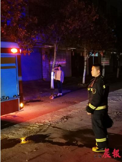 消防队员奋勇灭火后撤离 吉安少年敬礼54秒相送