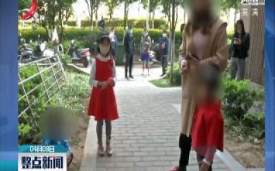 云南:男孩贪玩被锁售货机 众人帮忙安全救出