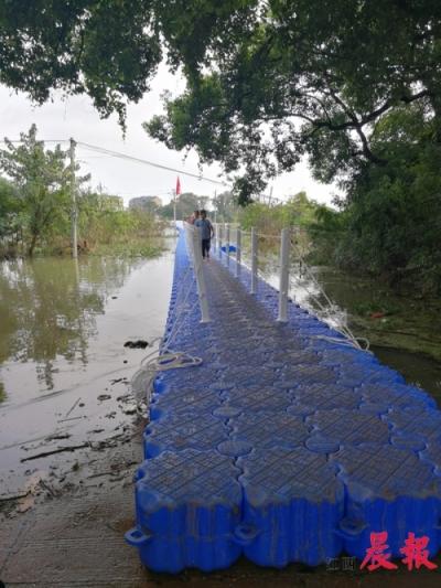 """鄱阳县龙口村被洪水围困成""""孤岛"""" 370米长浮桥一天内架起"""
