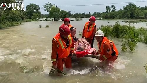 三天工作超40个小时 消防员为转移群众累倒在地