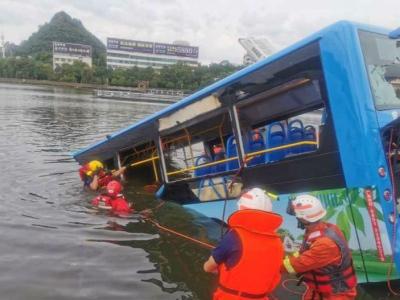 安顺市官方:侧翻坠湖公交车内有高考考生