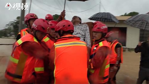 江西都昌鸣山乡暴发洪水 瘫痪老人被救出