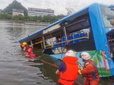 贵州安顺公交车坠湖事件搜救出37人 驾驶员无生命体征