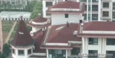 """#青岛头条# 放假第一天,青岛5个熊孩子在黄岛盛世江山20层楼顶上演""""飞檐走壁""""         业主所拍摄的是一路之隔对面北区最前排一栋楼(20层)的楼顶上,四五个小学生样子的孩子在楼顶攀爬、跑跳,情景非常惊心!         放假第一天就出现这样危险的事,各位家长可得管好自己的孩子!"""