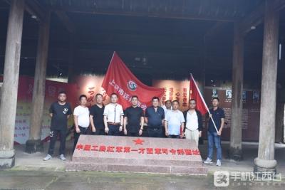江西上饶:重温入党誓言 追寻红色脚步