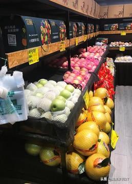 #青岛头条#小区门口右手边开了个水果蔬菜店,价格和市场价差不多,上班的图方便,再说又不贵,回家时从门口走,都上店里顺便买点菜,水果等,于是生意很红火。        前些日子忽然在小区门口的左手边,又开了一家水果店。不久再经过那里,红火景象不见,就听见这两家店的店主,不停的对骂,人们都很烦,很多人