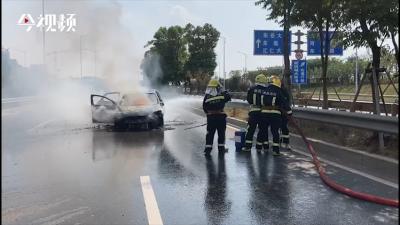 南昌县一轿车自燃 消防紧急处置