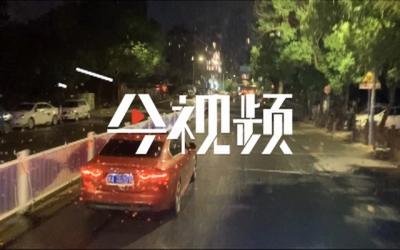 江西南昌:居民楼起火六人被困 消防员救出受伤老人