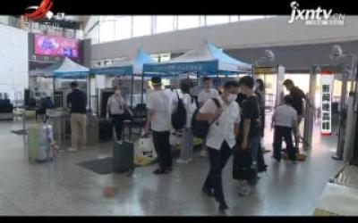 厦门:女子踩踏安检仪小腿被卡 民警及时救助